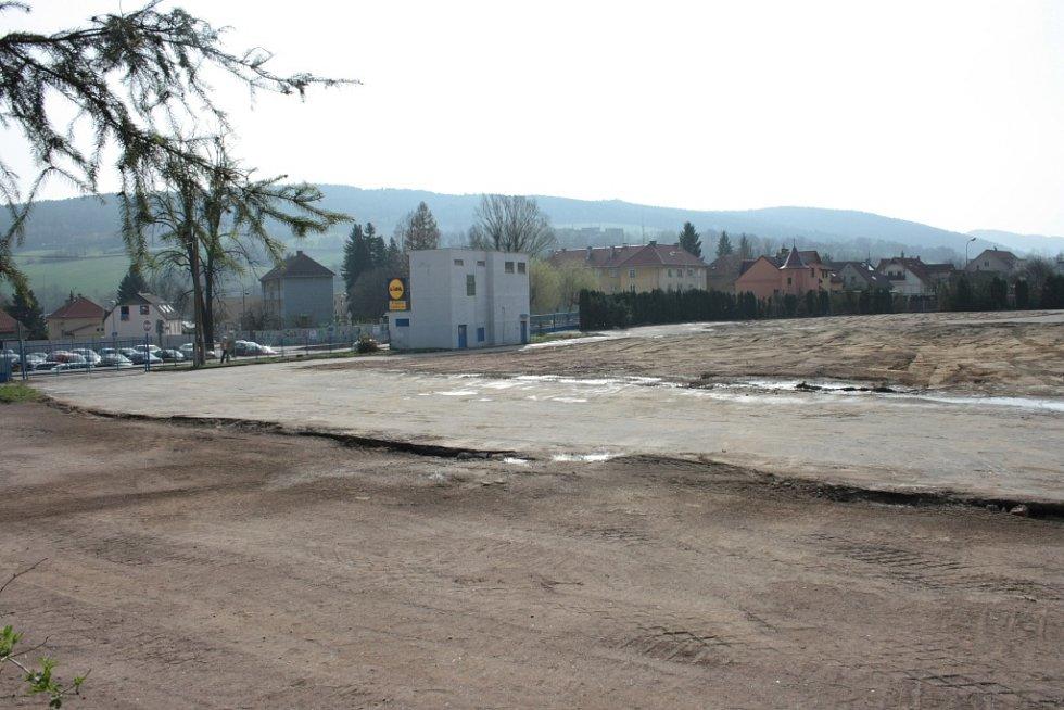 Od dubna zůstal areál připravený pro stavbu obchodního centra bez dalších prací. Ty by měly začít do dvou týdnů.