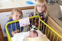 Michaela Vrhelová se v prachatické porodnici narodila ve čtvrtek 15. května v 15.20 hodin. Vážila 3290 gramů. Rodiče Jana a Michal jsou ze Zdíkova. První fotografování si nenechaly ujít sestřenice Natálie a Ester.