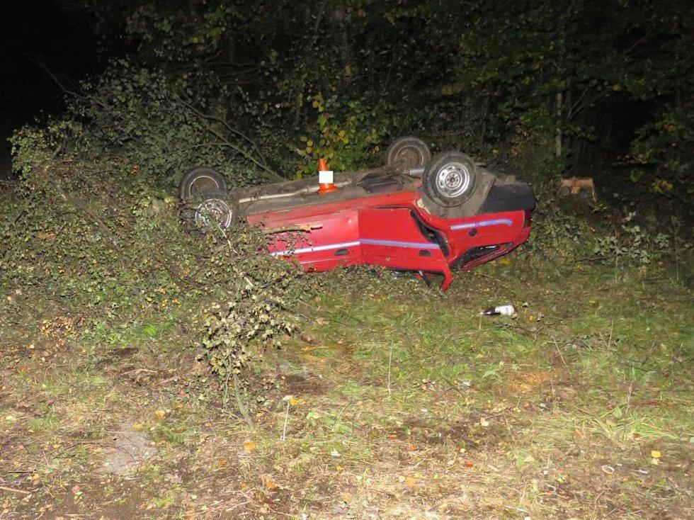 Na střeše skončila Škoda Forman u Vimperka, zranili se jak řidič, tak spolujezdec.