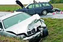 SRÁŽKA. Během hrůzně vypadající nehody tří osobních automobilů došlo k jednomu lehkému zranění.