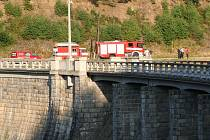 Život muže vyhasl po skoku do přehrady