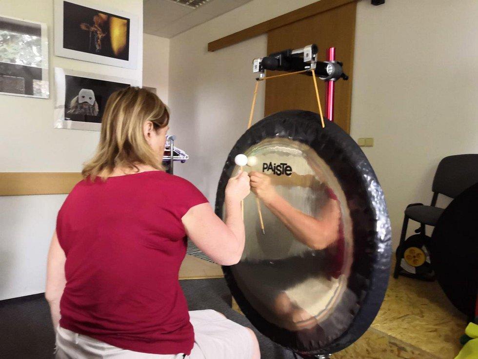 Dana Šitnerová přivezla do Prachatic gong. Ukázala, co všechno dokáže.