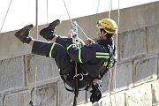 V úterý 17. října cvičili hasiči slaňování na Husinecké přehradě.