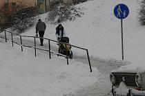 Sníh dělá chodcům problémy.