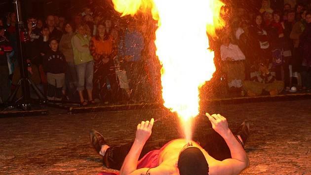 První den slavností zakončila ohňová show.
