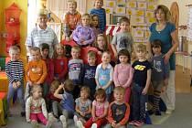 Děti z borovoladské mateřinky se svými učitelkami.