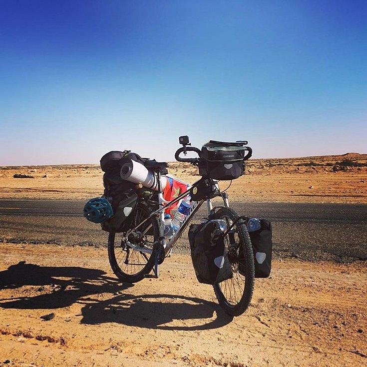 Cestovatel Tadeáš Šíma jede na kole Apache Afrikou.