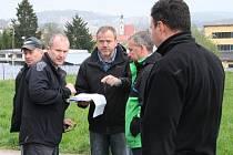 Přeložení sítí v ulici Za Továrnou a výkopy na kanalizaci by měly být podle plánů první na řadě.