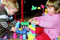 DĚTI JSOU SPOKOJENÉ. Z mateřského centra ve Lhenicích mají radost maminky, ale také děti. Na snímku si hrají Viktorie Šístková a Aleš Capůrka.