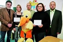 OCENĚNÍ. Netolické studentky byly úspěšné. Tím, že prodávaly odznaky a přívěsky Emila, dokázaly zásadním způsobem pomoci k výtěžku letošního roku.
