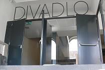 První pohled při vstupu do foyeru padne na nápis Divadlo. i ten bude podsvícen modrým diodovým osvětlením.