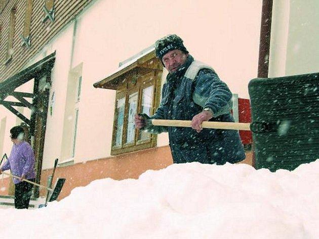 DALŠÍ NADÍLKA PANÍ ZIMY. Na Kvildě se lidé museli 7. dubna vypořádat s další sněhovou nadílkou. Zima na Šumavě ještě zdaleka nekončí.