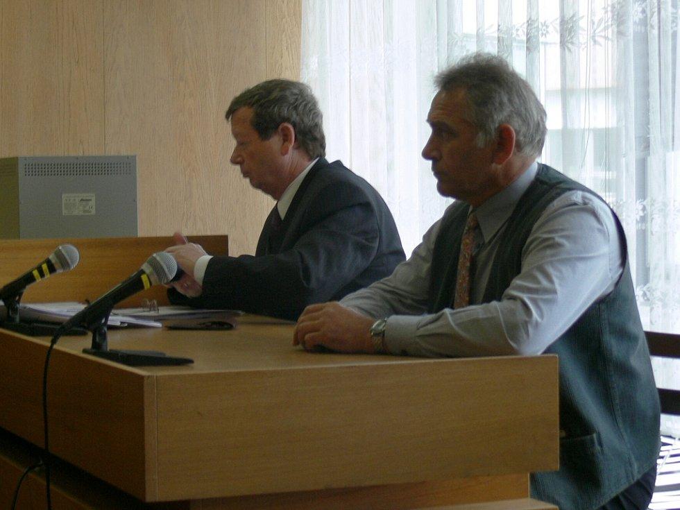 Jaroslav Šiman (vpravoú) před prachatickým soudem,.
