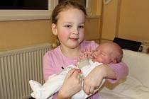 Šestiletá Nela se v pondělí 11. prosince dočkala sestřičky. Holčička Nikol Strnadová se narodila v prachatické porodnici v 19:45 hodin mamince Janě Kašparové a tatínkovi Radimovi Strnadovi z Leptače. Malá Nikol vážila rovná tři kila.