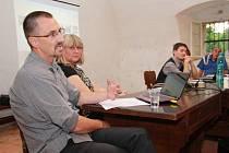 Ředitel Národního památkového ústavu v Českých Budějovicích Petr Pavelec vysvětloval, jaké záměry má NPÚ s vimperským zámkem při besedě s vimperskými obyvateli.