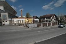 Po bývalé prodejně nábytku v ulici 1. máje ve Vimperku zbývá už jen její spodní část.