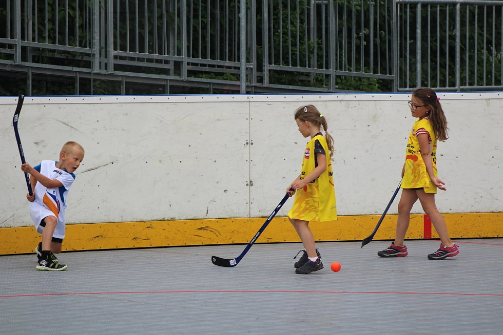 Předškoláci dělali první hokejbalové krůčky.