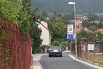 Pouze třicetikilometrovou rychlostí smějí projíždět řidiči opravenou ulicí U Zastávky a částí ulice Za Továrnou.