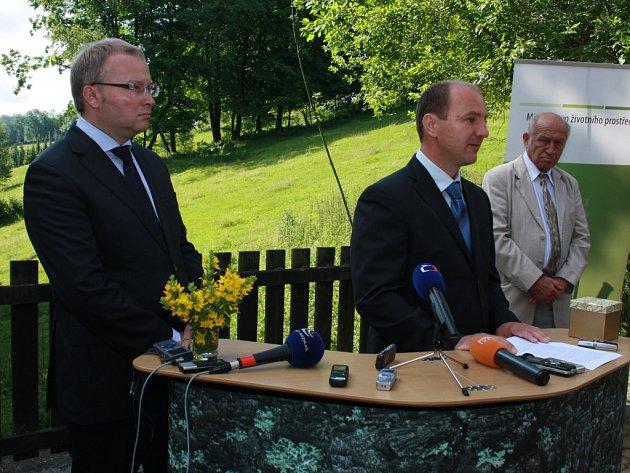 Novým ředitelem Správy NP a CHKO Šumava byl ministrem životního prostředí jmenován od 1. července dosavadní náměstek Jana Stráského Jiří Mánek (uprostřed).