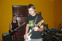 Tsunami bar v Prachaticích patřil v pátek 31.července rockové hudbě. Necelá padesátka návštěvníků zhlédla vystoupení hned čtyřech hudebních projektů.