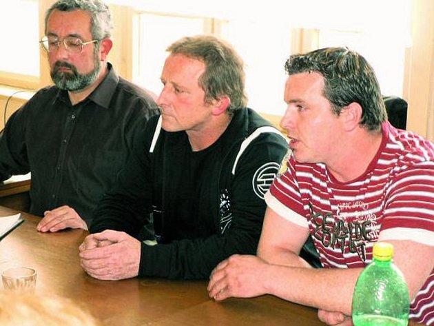 REZIGNUJÍ? Po odvolání místostarostky Věry Boháčové řekli Martin a Jaroslav Šandové, že jako zastupitelé ve funkci končí. Z nastalé situace byl rozhořčen i Pavel Štětina (vlevo).