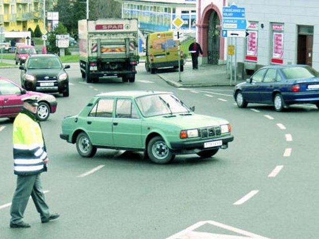 DOPRAVNÍ KOMPLIKACE. Na Malém náměstí musela hlídka policie řidíčům vysvětlovat, kudy se dostat na vytyčenou objízdnou trasu.