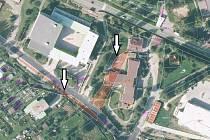 Parkovací plochy a cesty pro pěší, to by mohla řešit také dohoda s církví v případě pozemků u Hrabic a v ulici Nad Stadionem (pozemky u objektu TKB jsou vyznačeny černě a šipkami).