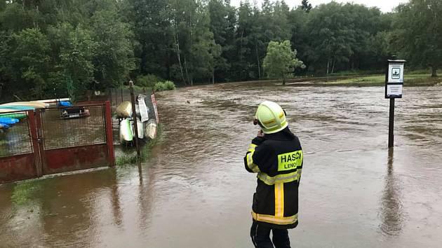 S evakuací na Soumarském Mostě pomáhali i hasiči z Lenory.