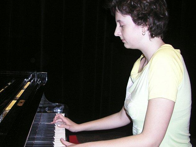 Jana Beránková u klavíru