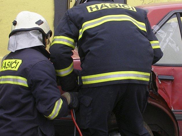 Prachatičtí hasiči likvidovali olejovou skvrnu, která unikla z osobního automobilu po dopravní nehodě v Nebahovské ulici. Ilustrační foto.