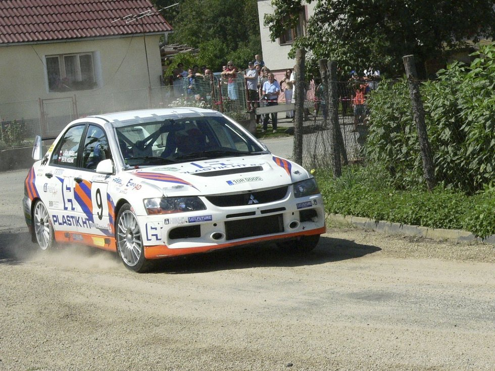 l Petr Hozák s Ladislavem Hršelem na Mitsubishi Lancer EVO IX.