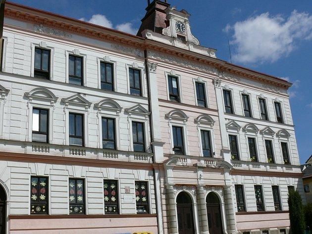 Několik let se městu Volary nedaří také najít plnohodnotné využití pro historickou budovu prvního stupně základní školy. Isem by mohla jít část prostředků zúvěru.