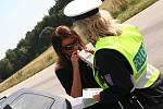Alkohol v dechu řidičů kontrolovali s pomocí digitálního přístroje.