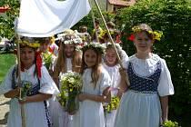 V parku Hospice sv. Jana N. Neumanna otevíraly děti ze Základní školy ve Vodňanské ulici studánky.