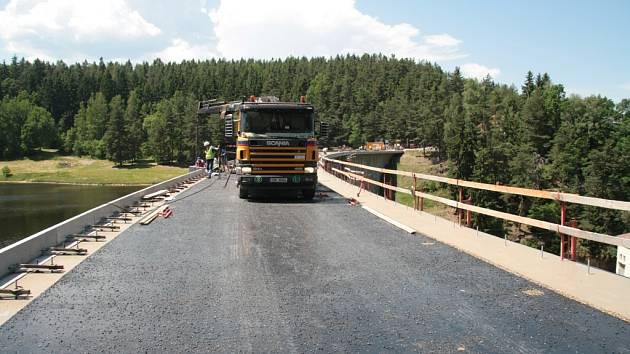 Dnes už historický snímek z rekonstrukce koruny hráze na Husinecké přehradě. Pro provoz by měla zůstat zavřená už jen necelé dva týdny.