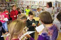 Jednu z chodskýcch specialit ochutnali návštěvníci prachatické Městské knihovny.