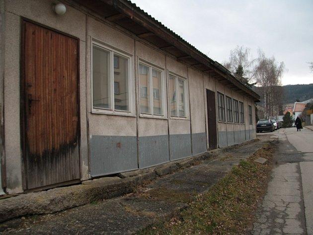 Montované a roky chátrající dřevostavbě odbíjejí poslední možná měsíce existence. Místo ní by měly vzniknout nová parkovací místa v Žižkově ulici v Prachaticích.