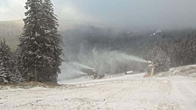 Na Hochfichtu na Šumavě spustili 20. listopadu 2020 sněžná děla.