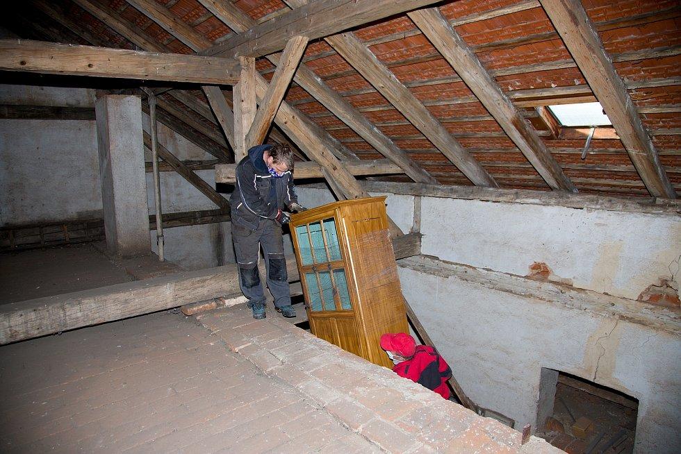 Instalace opravených hodin zpět do věže prachatického gymnázia.