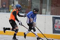 Za hustého chumelení se v prachatické aréně u rybníčku hraje okresní kolo 8. - 9. tříd ZŠ v seriálu Hokejbal proti drogám.