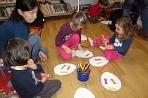 Tvořit a vyrábět chodí děti do prachatické knihovny rádi.