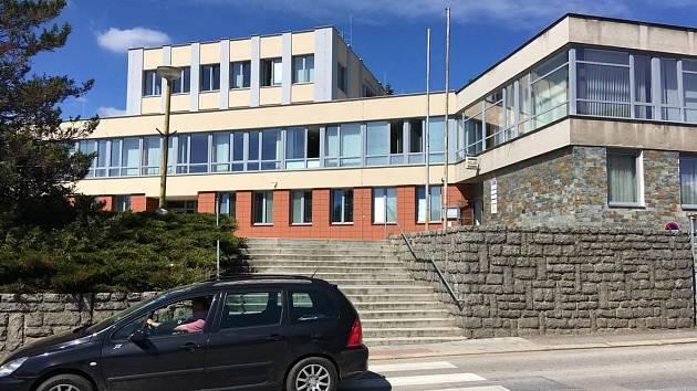 Prachatice, budova Okresního soudu a Policie ČR. Ilustrační foto