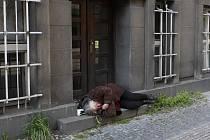 Takhle to někdy vypadá na ulici, když to člověk přežene s alkoholem.