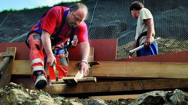 OBJÍŽĎKA. V současné době pokračují práce na zajištění objížďky u železničního přejezdu. Do samotného viaduktu se stavebníci pustí již za několik málo dní.