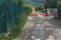 Na soukromý pozemek manželů Rebcových mohou jen jejich sousedé, kteří přes něj musejí ke svým domům. Ač to tak vypadá, prostor podle majitelů není veřejnou komunikací.