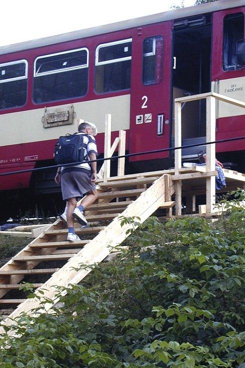 Provizorní byl dočasně i přístup k železniční trati.