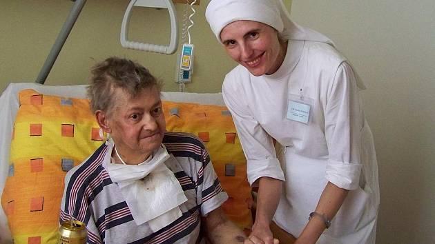 Ačkoliv s péčí o nevyléčitelně nemocné pomáhají i řádové sestry Boromejky, víru tu nikomu nikdo nenutí. A je-li v hospici nějaká víra citelná všude, pak je to víra v člověka a v život.