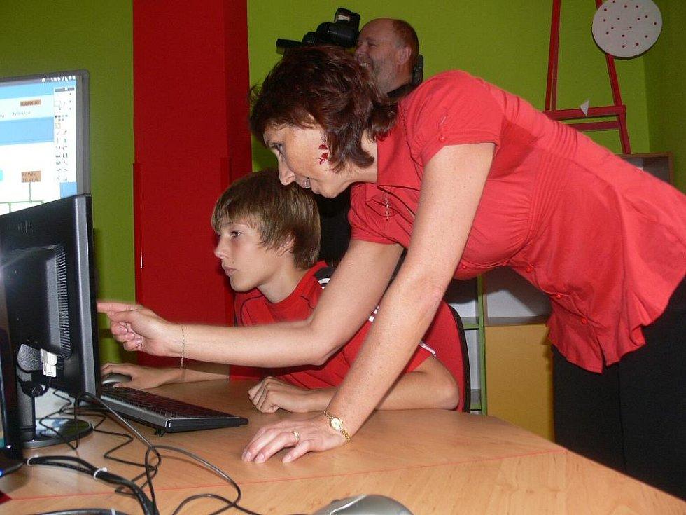 S řešením ukolů ochotně žákům pomáhají učitelé.