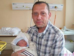 Malého brášku mají od středy 16. května dvanáctiletý Matěj Nikl a devítiletá Terezka Bartizalová. Adam Bartizal se narodil v prachatické porodnici hodinu po poledni a vážil 3,75 kilogramu. Rodiče Markéta Niklová a Miroslav Bartizal jsou z Prachatic.