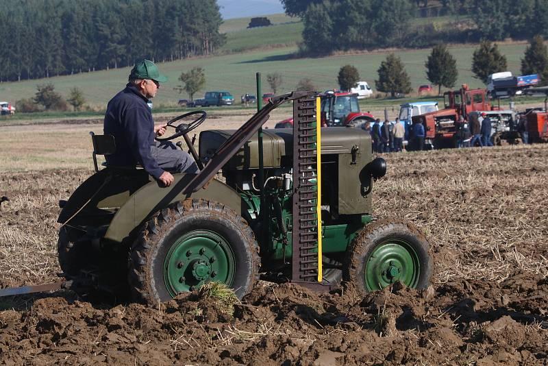Setkání historické zemědělské techniky v Mahouši na Netolicku. K vidění bylo více než sto traktorů a desítky dalších historických strojů, vojenských vozidel. Nechyběla ani ukázka orby.